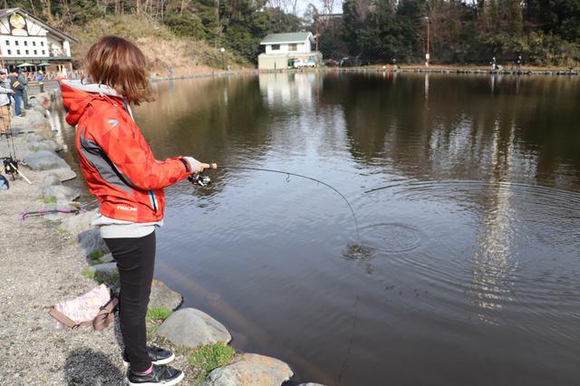 画像3: 街の真ん中で釣り⁉︎ 大都会のオアシスみーつけた!【声優・西田望見のA Little♡Rider @ディオ】