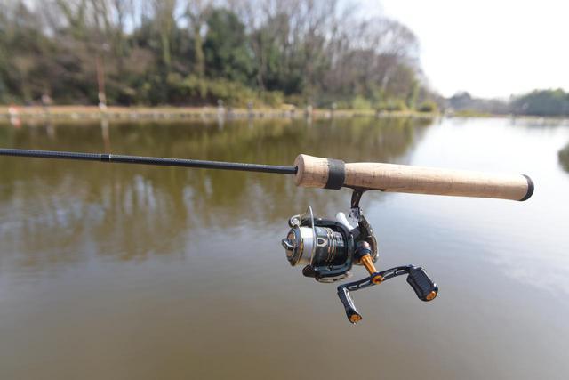 画像: 当日はレンタルタックルとは別にFISH ON!王禅寺のインストラクター愛用の釣り道具をお借りしました。竿はムカイフィッシングのAIR STICK、リールはシマノのカーディフ1000PGSだそうです!