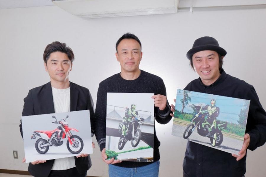 画像: 写真左から:大森敬仁プロデューサー、バイクスタントの西村信宏さん、杉原輝昭監督 www.honda.co.jp