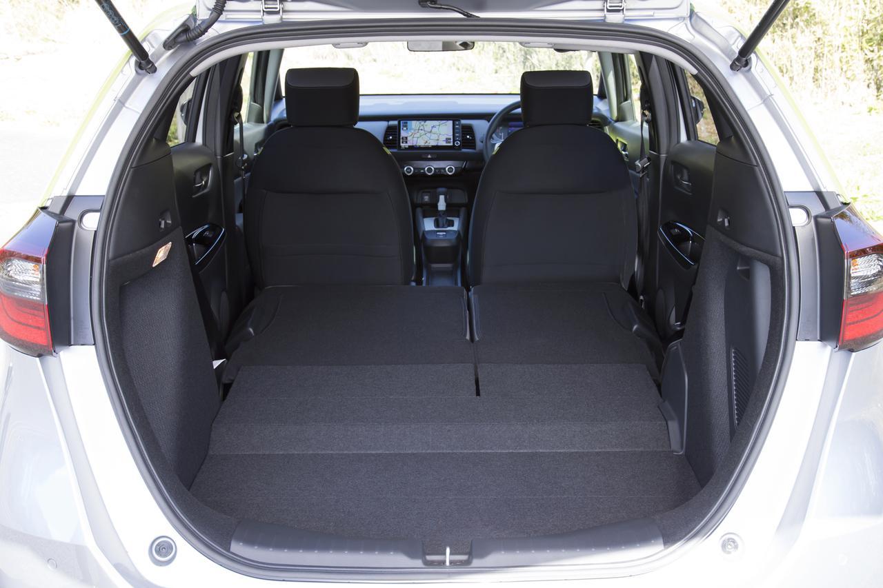 画像: 後席をすべて倒せば広々とした空間に。開口部が広いのでこれまで以上に広く感じる