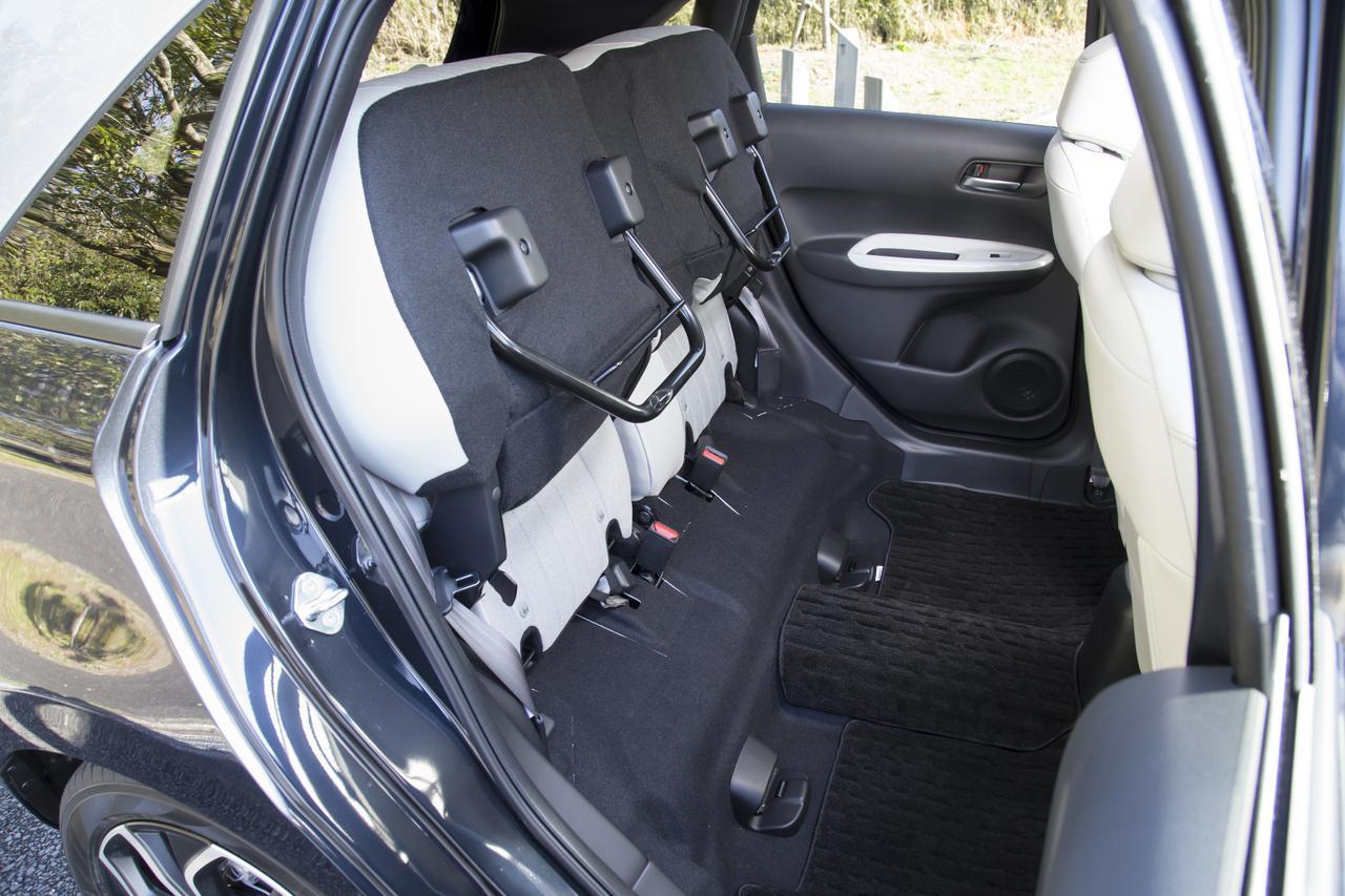 画像: 座席をはねあげれば、背の高いものを寝かさずに収納できる