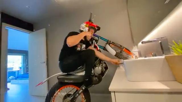 画像: 何もバイクに乗ったまま、歯磨きしなくても良いのではないでしょうか? それはさておき? 驚異のバランス感覚ですね・・・。 www.youtube.com