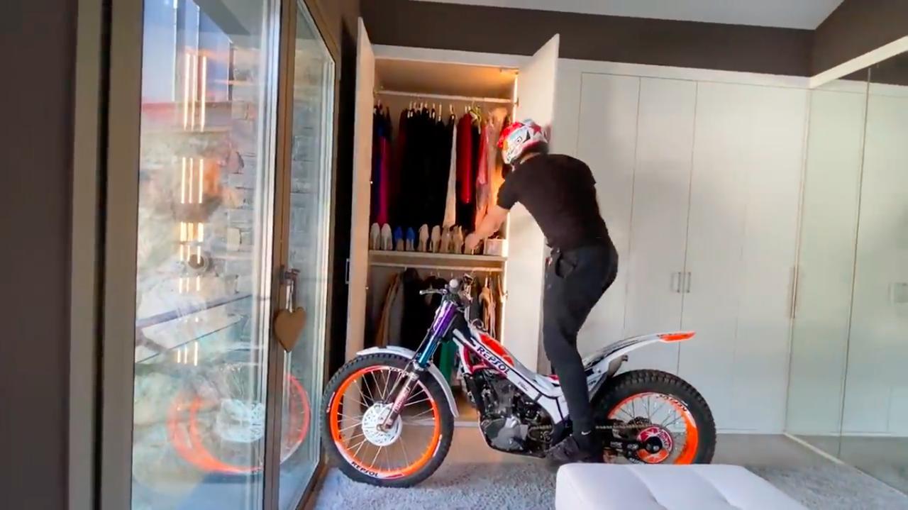 画像: クローゼットのある部屋に向かい、服を選ぶボウ・・・。 www.youtube.com