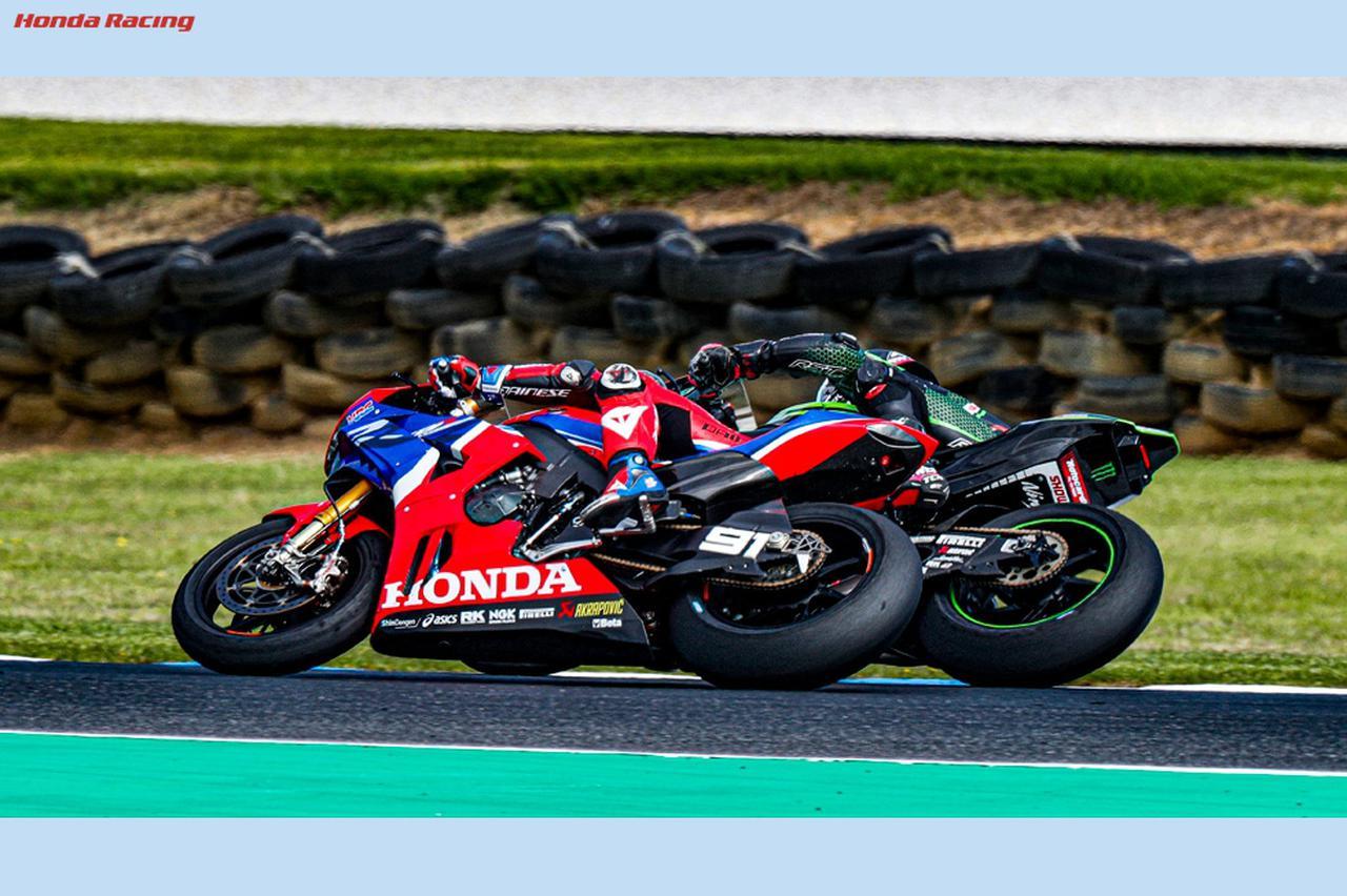 画像: 車間はほんの数センチ!このような激アツバトルが常に行われるのがスーパーバイク世界選手権 www.honda.co.jp
