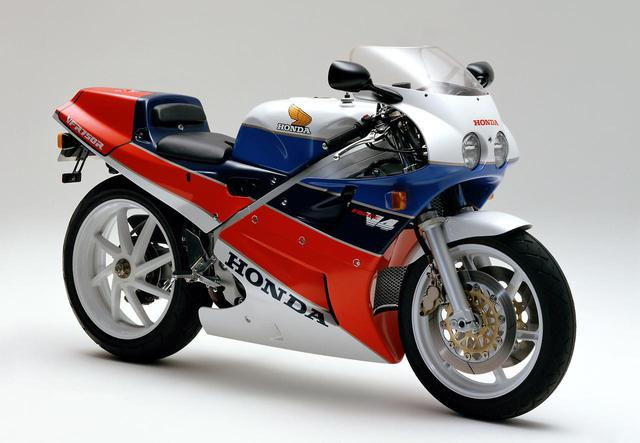 画像: 国内仕様のVFR750R(RC30)は、1987年8月31日に148万円(1,000台限定)で発売されました。当時の「ナナハン」としては驚異的高額な価格設定が話題になりました。当時のTT-F1、そしてスーパーバイクのベース車両として、世界中のサーキットで活躍したモデルとしても知られています。 lrnc.cc