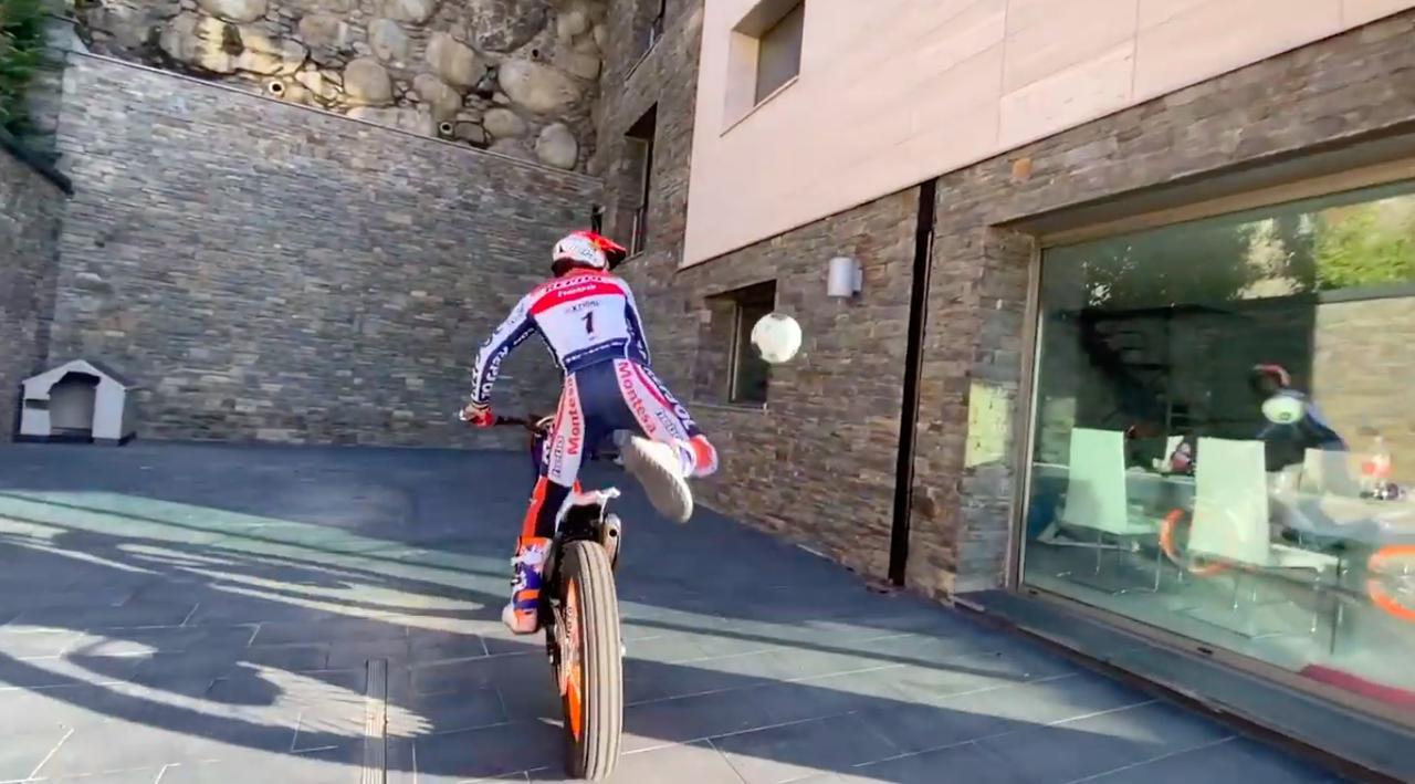 画像: トライアルバイクに乗っていても、ボールさばきが素晴らしいです! www.youtube.com