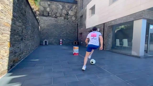 画像: さすがサッカー王国スペイン・・・と納得してしまうのですが、T.ボウのボールさばきはなかなかのものです! www.youtube.com