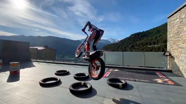 画像: なんだか、バイクに乗っているときのほうが、ラクラクにトレーニングの課題をこなしている・・・ような錯覚を覚えてしまいます? このあたりが、T.ボウの非凡さなのでしょうね! www.youtube.com