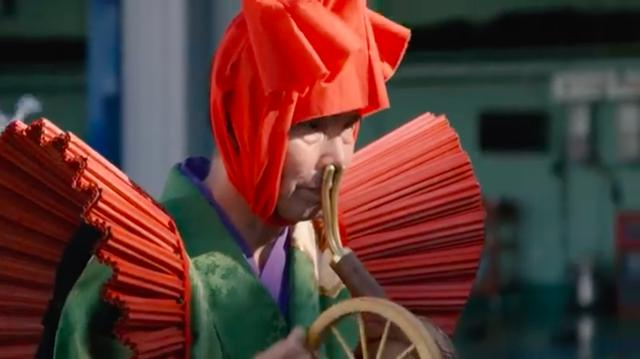 画像: な・・・なんですか? このお方は・・・? この不思議な装束を身にまとうのは車鎮祭と取り仕切る、鎮々翁(ちんちんおう)という偉い方なのです・・・。 www.youtube.com