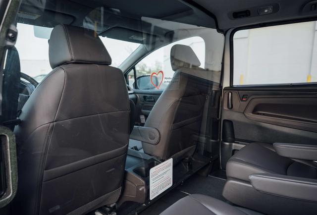 画像: デトロイトに提供した感染者搬送車両(仕立て車)は、北米仕様のオデッセイがベース。運転席側の後部座席側は透明な仕立てで区切られており、後部座席に乗る感染者から運転者にウイルスが感染しないように工夫されています。