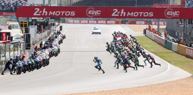 画像: 伝統のルマン式スタート。4輪レースではもう見ることができないが、EWCでは現在まで引き継がれている。 www.fimewc.jp