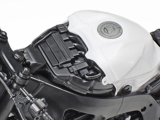 画像: タンクカバーは完成後も脱着可能!! エンジン上部のエアボックスもパーツ化するという、凝った作りに唸らされますね・・・。 www.tamiya.com