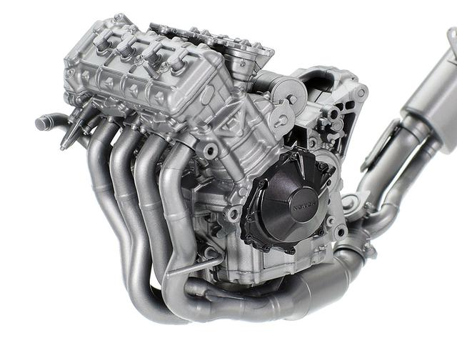 画像: ハイパワーを発生する、コンパクトな水冷4気筒エンジンも精密に再現。 www.tamiya.com