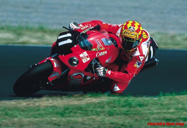 画像: MotoGPの生きる伝説バレンティーノ・ロッシも過去にホンダから8耐に参戦しており、2001年に優勝を飾っている。 www.honda.co.jp