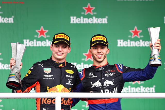 画像: 2019年ブラジルGPの表彰式。優勝したフェルスタッペンと2位のピエール・ガスリー。絶対王者メルセデスとの一騎討ちに勝利し勝ち取ったワンツーフィニッシュに日本のホンダファンは歓喜した。 www.honda.co.jp