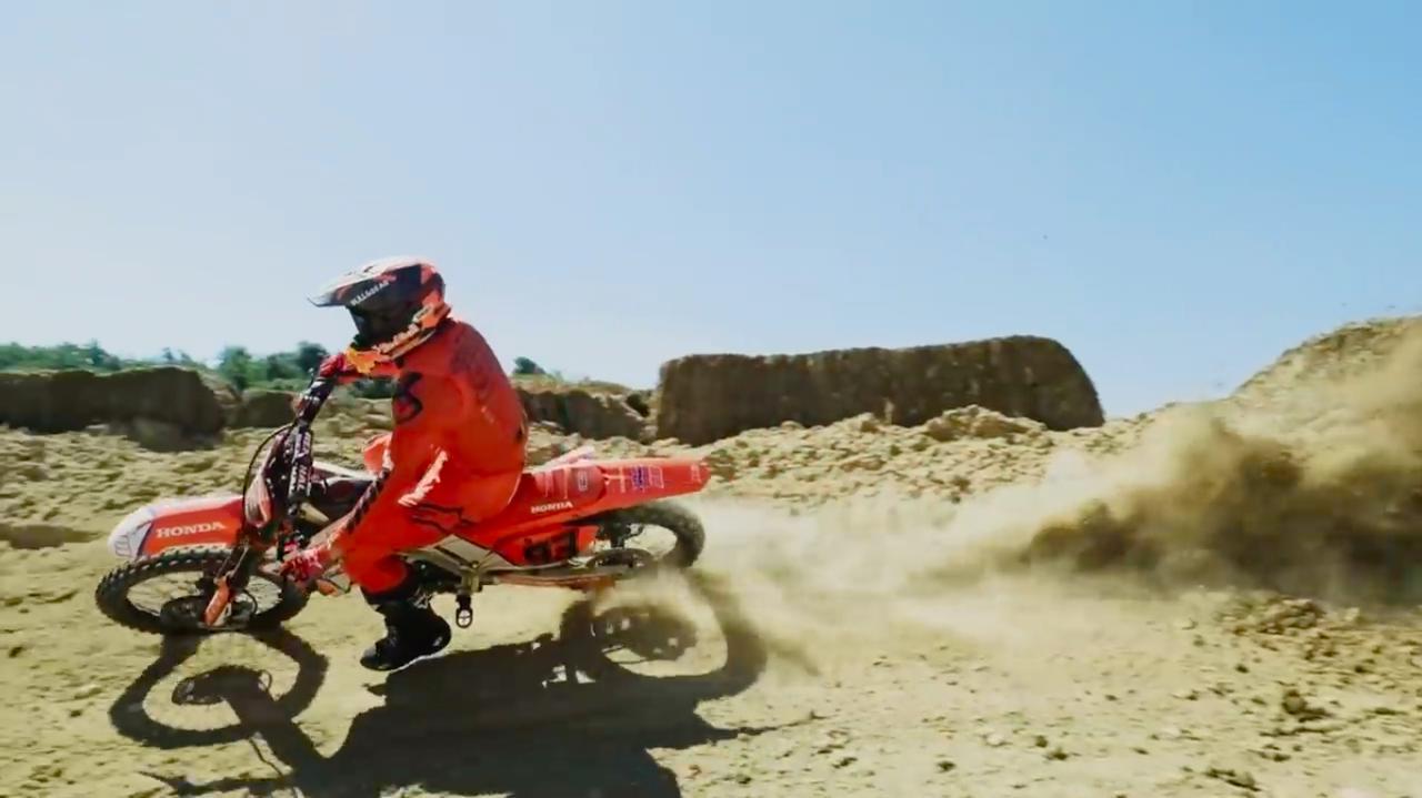画像: マシンを手足のように操ります! www.youtube.com