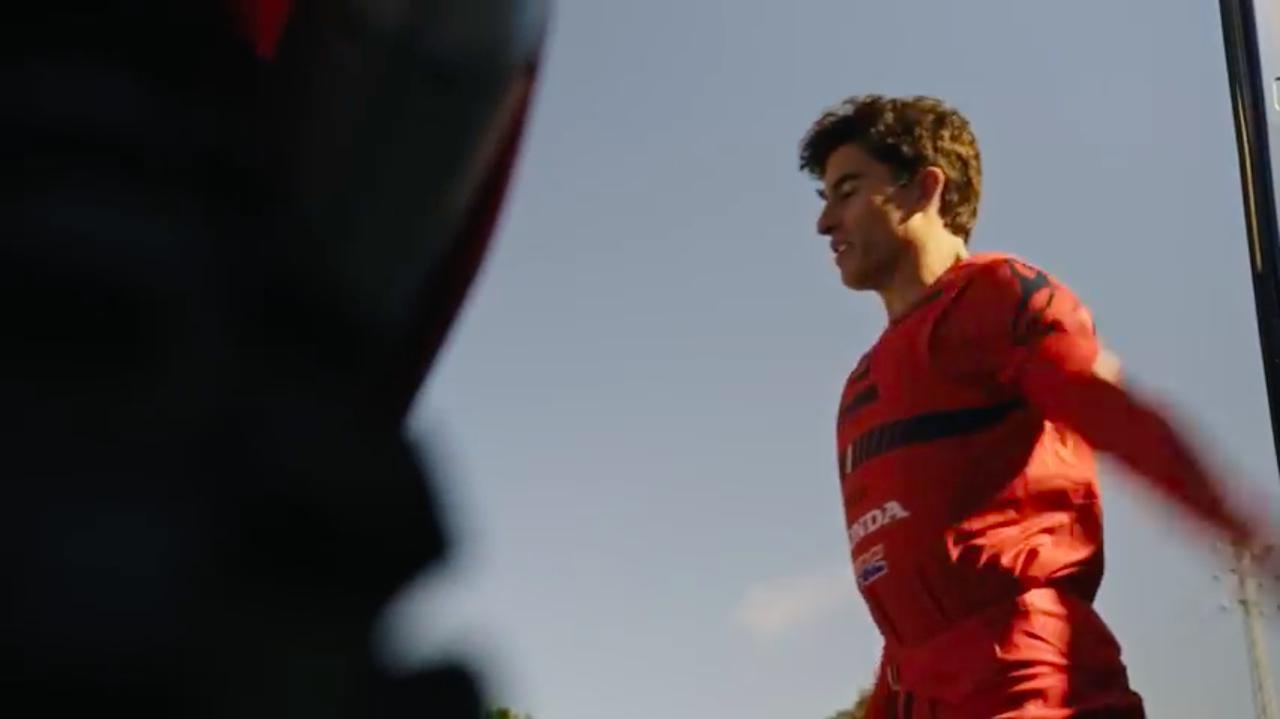 画像: 全身赤のライディングギアに身を包んだM.マルケス。走行前は、ちゃんと準備運動!! www.youtube.com