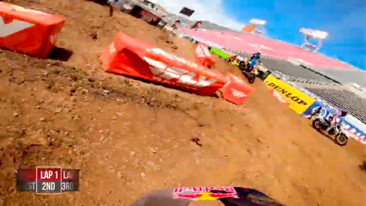画像: なんと最初の周で痛恨の転倒! すぐにレースに復帰しますが・・・。 www.youtube.com