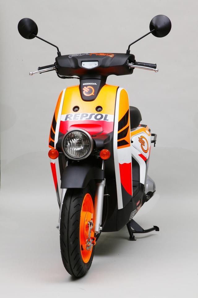 画像: MotoGPのホンダワークスチーム、レプソル・ホンダのカラーを身にまとったEV-neo。 www.autoby.jp