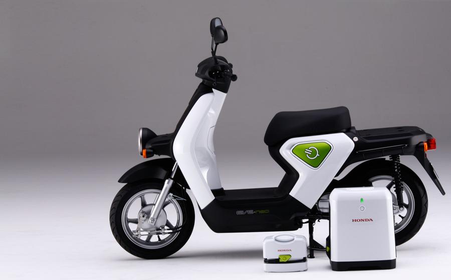 画像: 2009年秋の東京モーターショーにワールドプレミアモデルとして出展されたコンセプトモデル、EVE-neo。バッテリーをフロア部に搭載することで、シート下スペースを確保。シート下には普通充電器が搭載できるようになっていました。 www.honda.co.jp