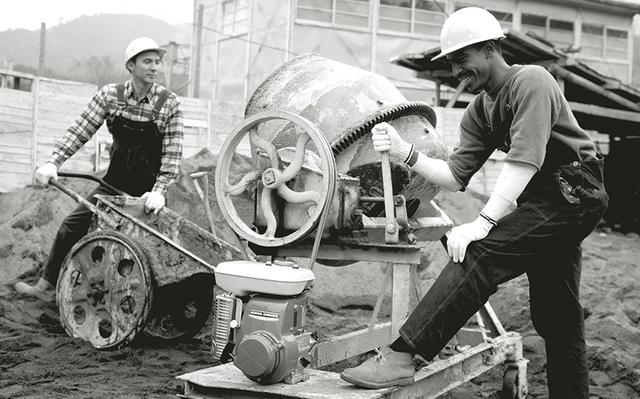 画像: ミキサーの動力として活用される、1963年デビューのホンダG30型。3馬力を発生する、サイドバルブ式の4ストローク171cc単気筒エンジンを採用していました。 ja.honda-powerproducts.com