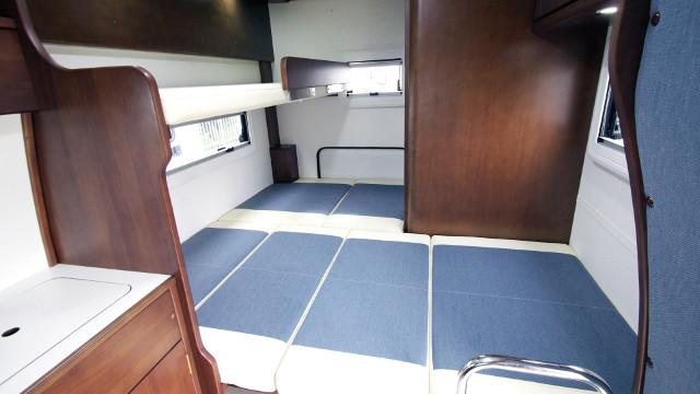 画像: 後部のベッドスペースには2段ベッドを備え、大人3名が就寝できるようになっている。