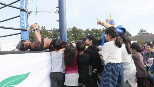 画像2: ミヤマ☆仮面率いる「森のプロレス」では、観客参加型の楽しいプロレスも見れちゃう!!