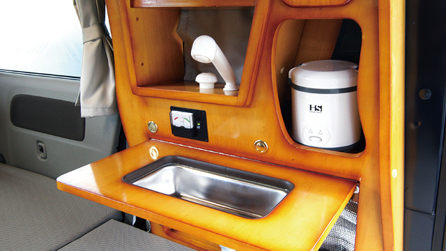 画像: シンクは使うときだけ出す折りたたみ式。蛇口は車外でレジャーシャワーとして使うことができる。