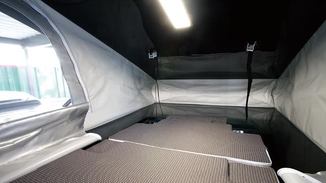 画像: セカンドシートを倒した上にスペーサーを載せてマットを展開すれば、快適就寝スペースが完成。広々快適!