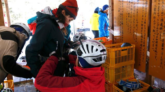 画像3: 高さ約13mの氷壁を登る! スリル満点、アイスクライミングに挑戦!
