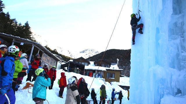 画像6: 高さ約13mの氷壁を登る! スリル満点、アイスクライミングに挑戦!