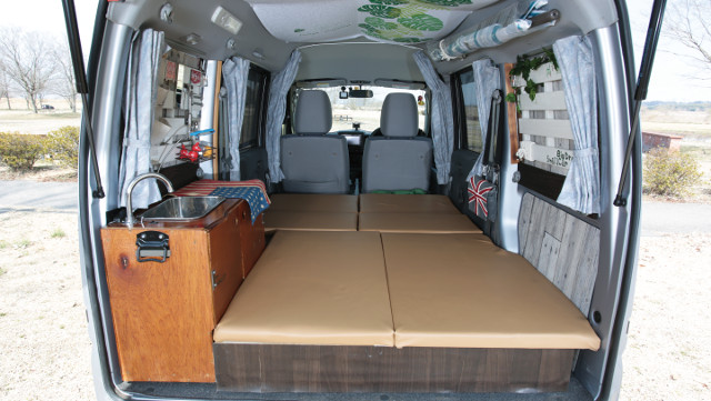 画像1: 軽商用ミニキャブバンに床下収納付きベッドをDIY