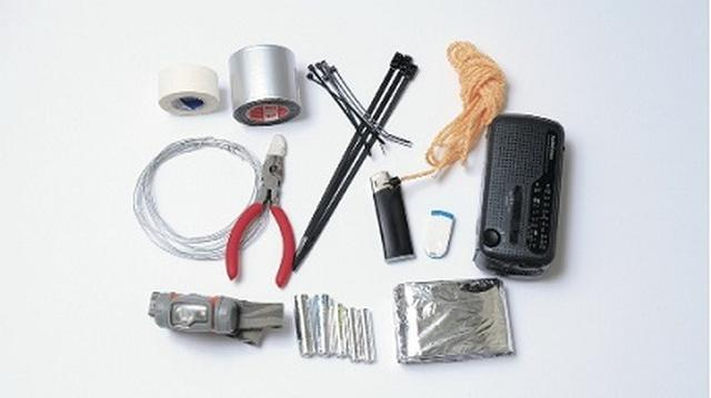 画像: 工具などのほかに、乾電池で動くラジオ、ヘッドライト、乾電池の予備、ライターなどもあると便利。