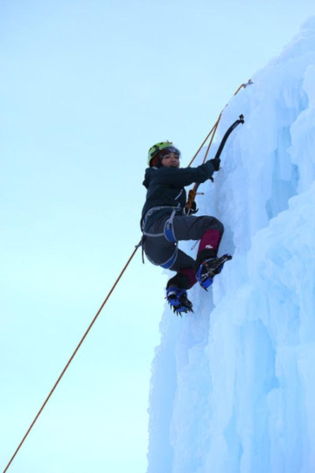 画像7: 高さ約13mの氷壁を登る! スリル満点、アイスクライミングに挑戦!