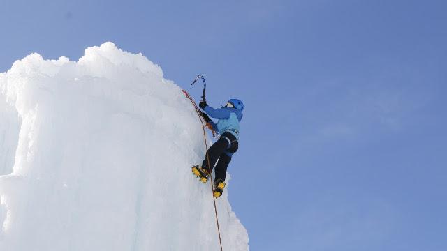 画像4: 高さ約13mの氷壁を登る! スリル満点、アイスクライミングに挑戦!