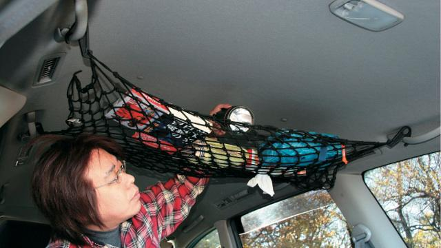 画像: カーゴネットで天井に小物を収納!