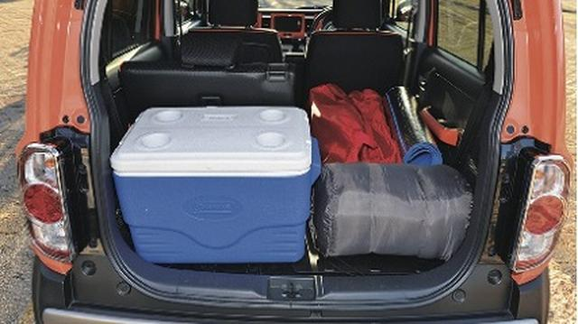 画像: 緊急時には心強いキャンプ道具。車内で寝る際は外に出すことも考えたい。