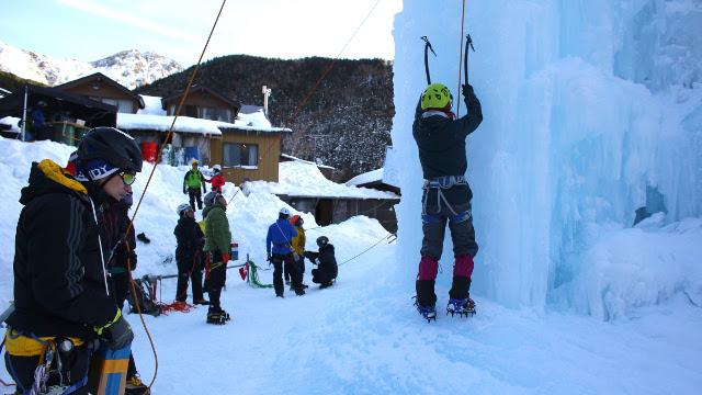 画像5: 高さ約13mの氷壁を登る! スリル満点、アイスクライミングに挑戦!
