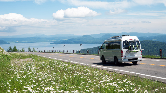 画像: 車中泊旅で美しい屈斜路湖を眺める。