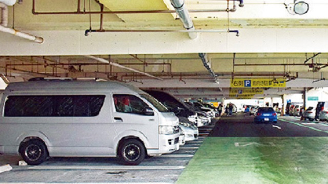 画像: 車中泊の雨対策1 立体駐車場で濡れずに作業