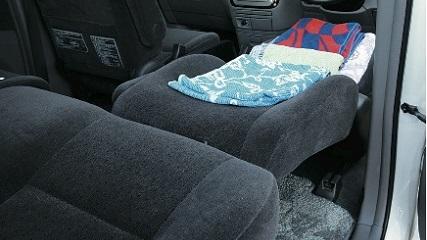 画像: 積んでおくタオルや毛布は、衣類同様、圧縮袋に入れておくと、汚れず、コンパクトに保管可能。
