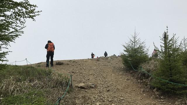 画像10: いざ、入笠山の山頂へ! しかし悪天候で周囲は真っ白……