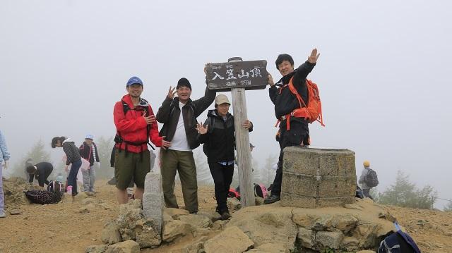 画像11: いざ、入笠山の山頂へ! しかし悪天候で周囲は真っ白……