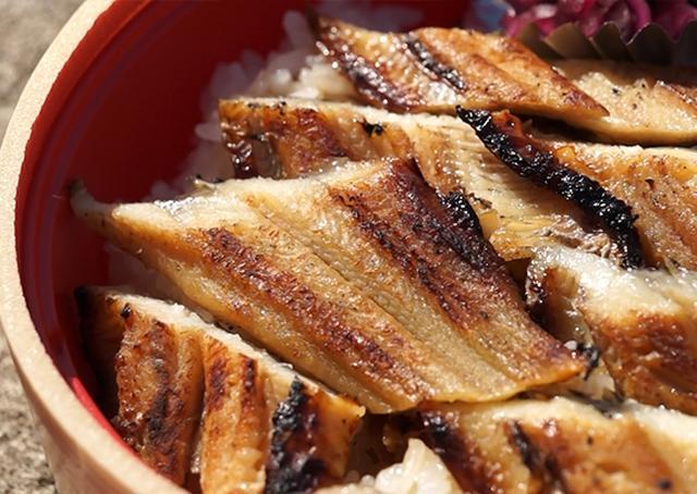 画像: 焼きたてアナゴが、名物「炭焼きあなご丼弁当」に美味しく変身!
