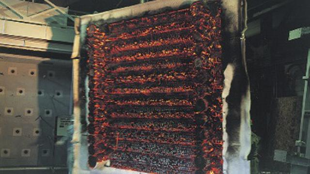 画像: これまでに実際にログ壁に火をつけて耐火性能を確認する実験が何回も行われ、ログハウスの優れた耐火性能が実証されている。
