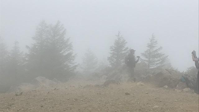 画像12: いざ、入笠山の山頂へ! しかし悪天候で周囲は真っ白……