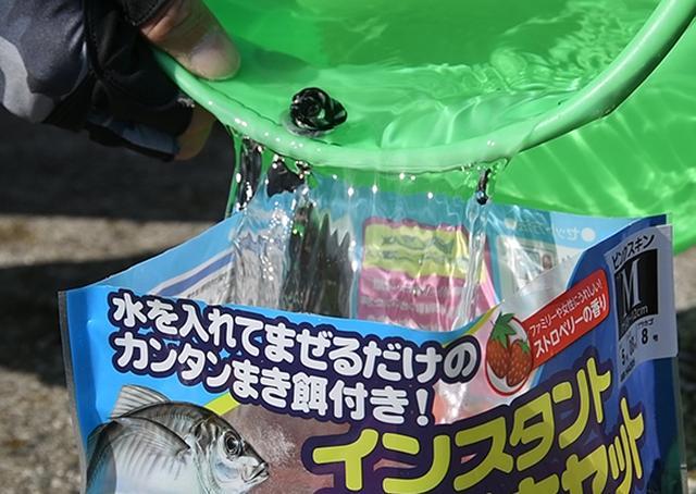 画像: 袋の線まで海水を入れる