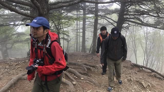 画像4: いざ、入笠山の山頂へ! しかし悪天候で周囲は真っ白……