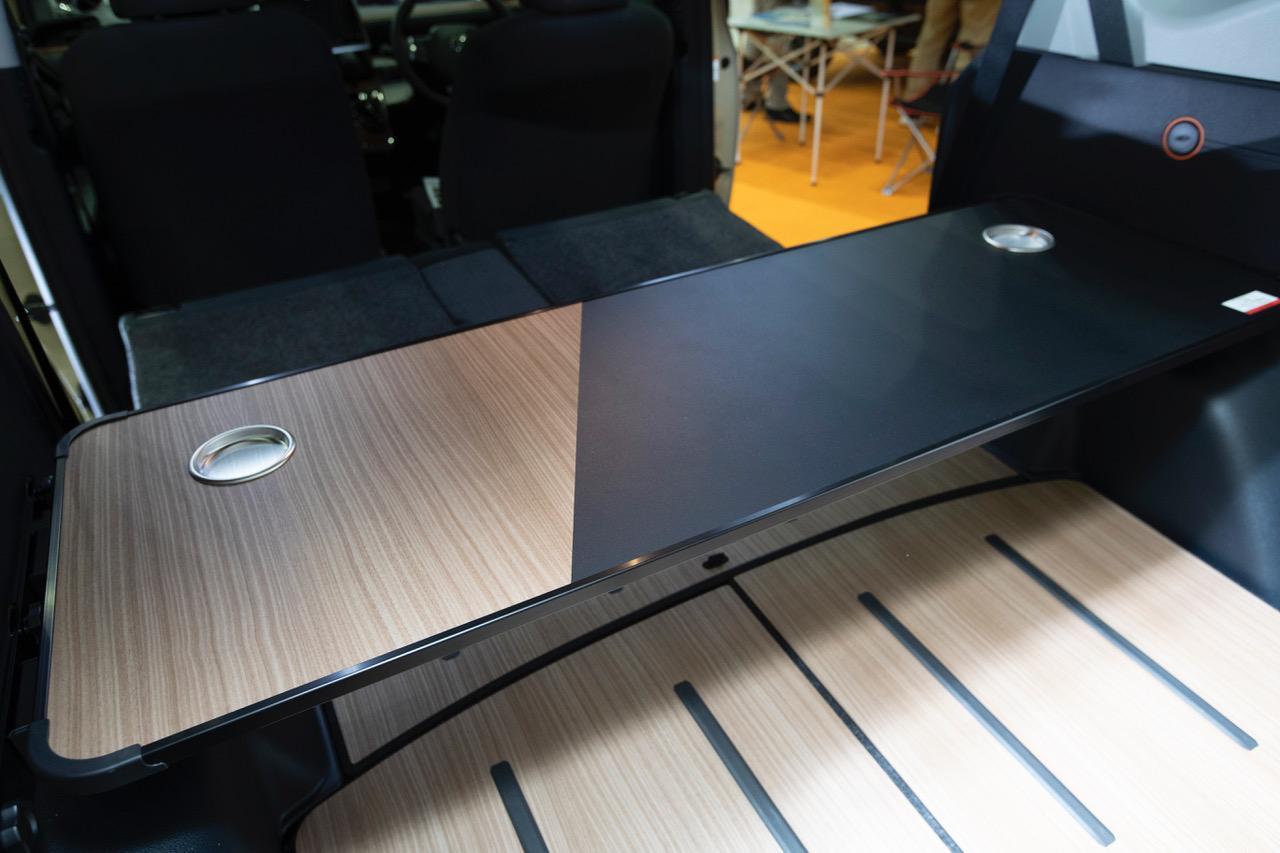 画像: 3)好みの位置に設置OK!「ラゲージテーブル」は車中泊にも!