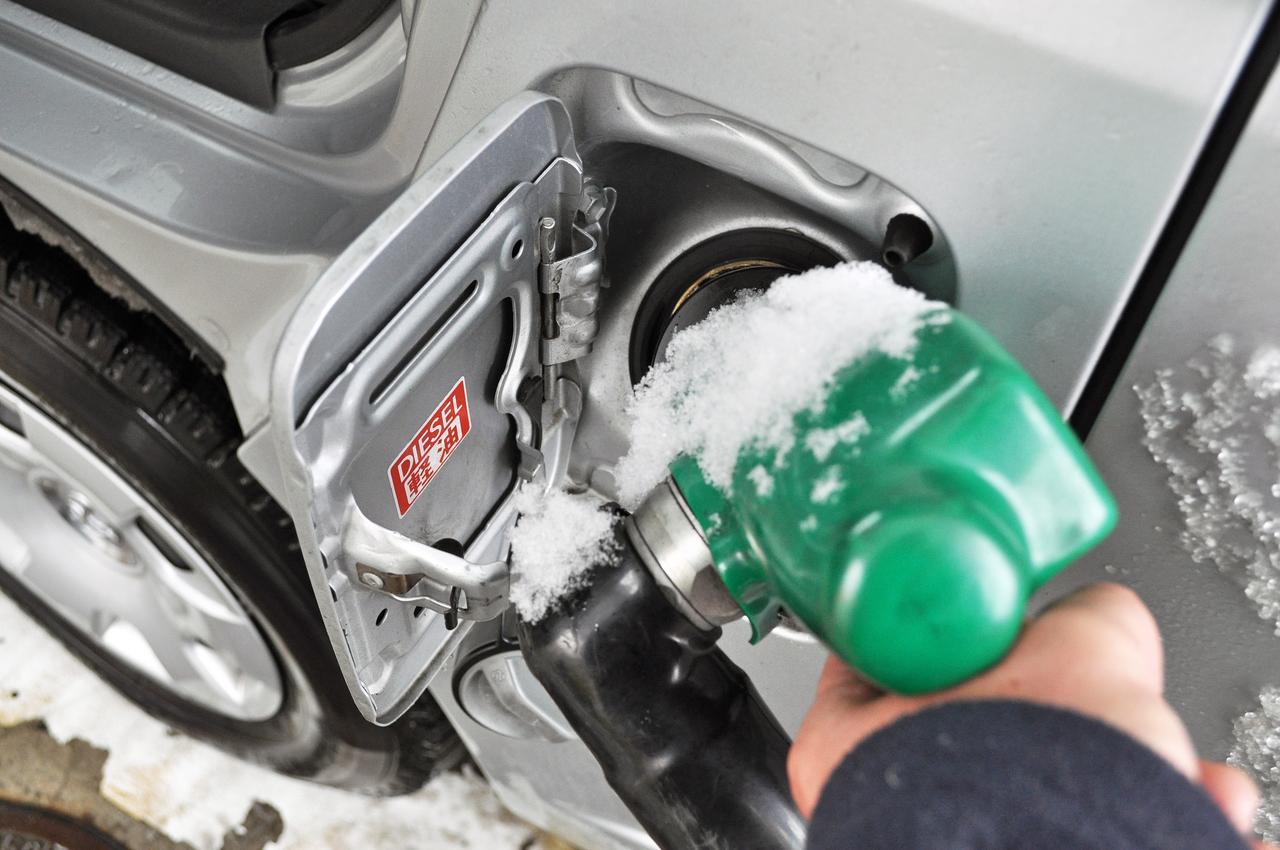 画像: 寒冷地のガソリンスタンドでは、季節に適した品質の軽油を販売している。出発前に満タンにせず、現地で給油しよう。